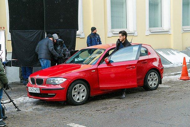 Макс на красном авто
